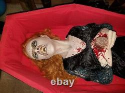 Grand Impressionnant Grandeur Nature Rare Halloween Prop Vintage Convulsant Secouer Vampiress